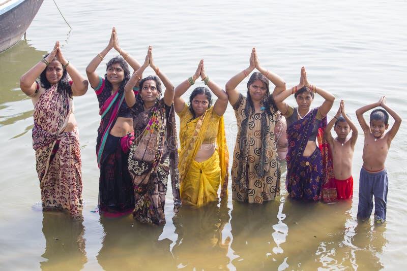 Hinduiska kvinnor vallfärdar tagandebadet i den heliga floden Ganges india varanasi arkivfoton