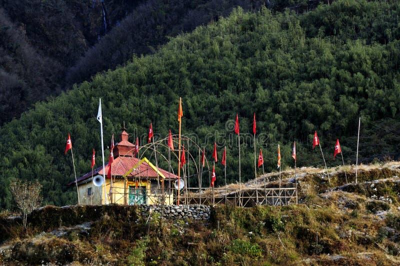 Hinduiska Mandir (tempel) med flaggor, på den Dzuluk byn, Sikkim, arkivbilder