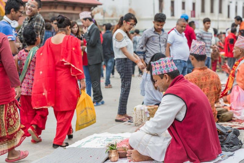 Hinduiska Pople som in mottar Raksha Bandhan på den Pashupatinath templet royaltyfri foto