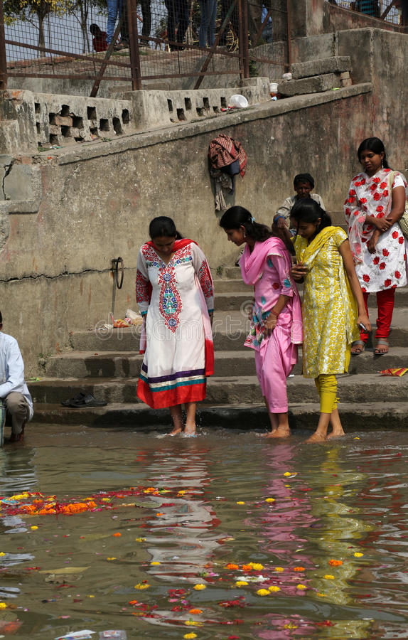 Hinduiskt folk som badar i ghaten nära Dakshineswaren Kali Temple i Kolkata arkivbilder