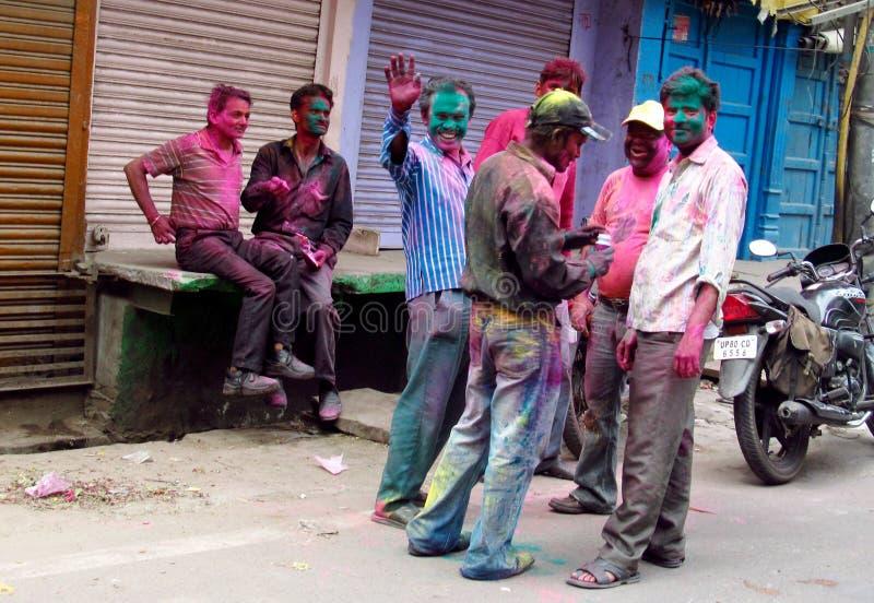 Hinduiskt folk som firar festivalen av färger Holi i Indien arkivfoton