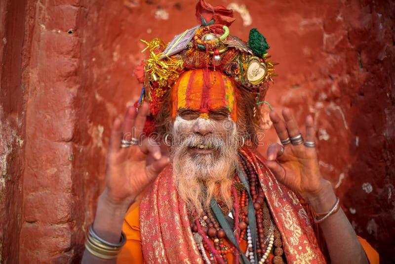 Hinduiskt helgon som poserar lyckligt för ett foto