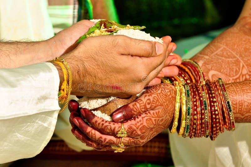 hinduiskt rituellt bröllop royaltyfria foton