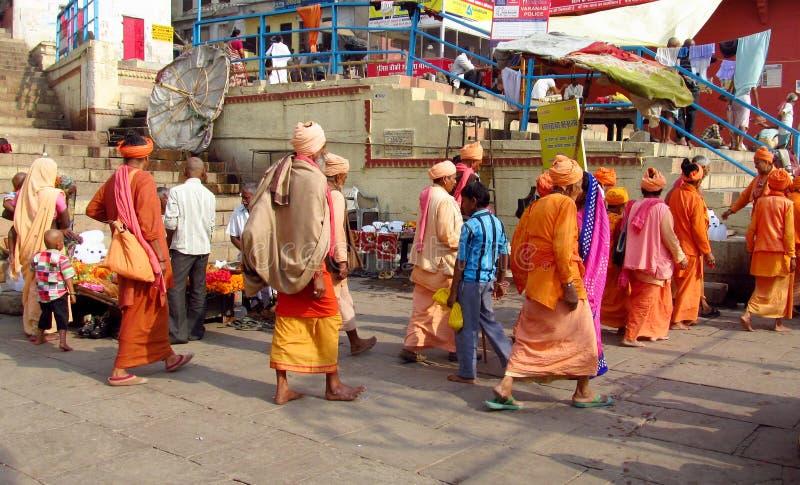 Hinduiskt vallfärda män i Indien arkivfoton