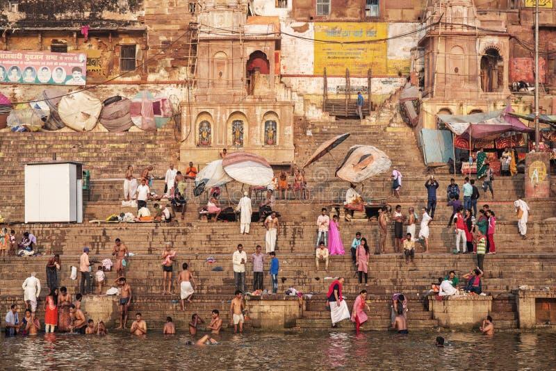 Hinduiskt vallfärdar det heliga badet för tagandet i floden ganges på auspicien royaltyfri fotografi