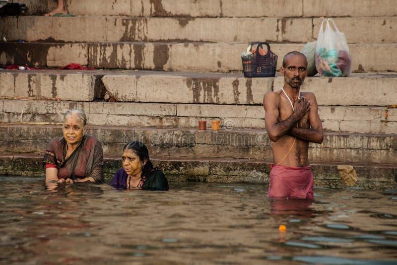 Hinduiskt vallfärdar tar ett heligt bad i floden ganges royaltyfri bild