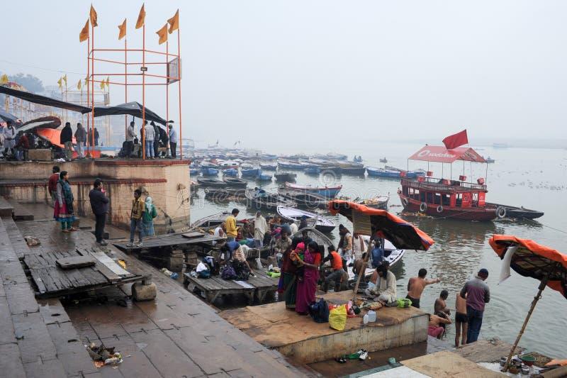 Hinduiskt vallfärdar tar ett heligt bad i floden ganges arkivfoto