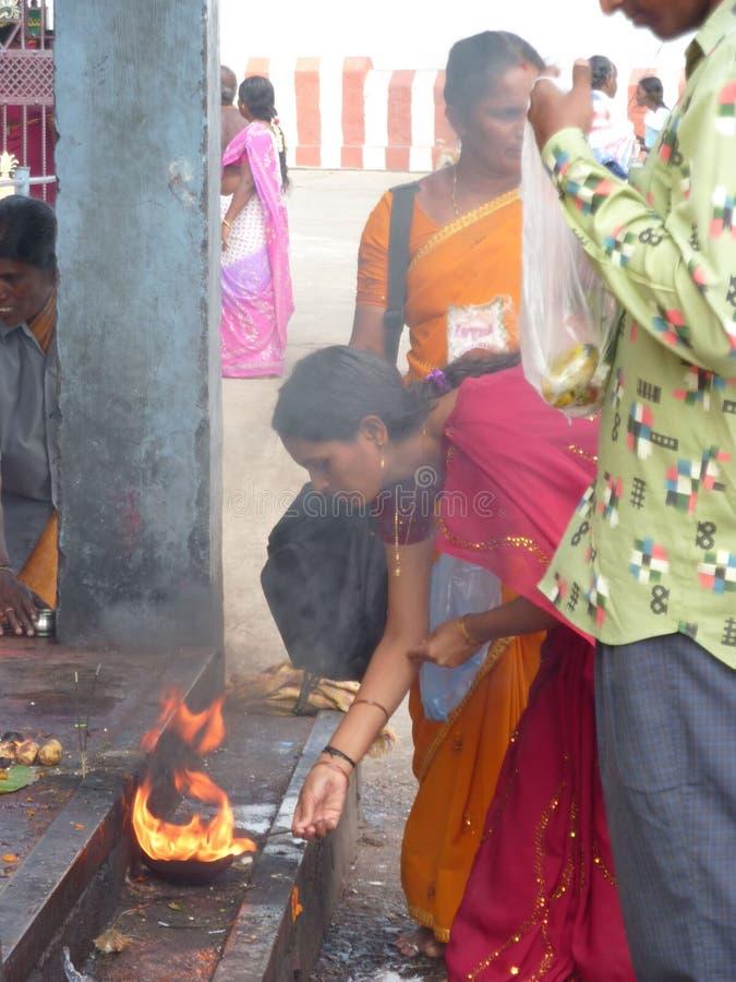 Hinduistische Frauen bilden das puja Angebot lizenzfreie stockbilder