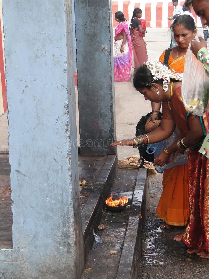 Hinduistische Frauen bilden puja stockfoto