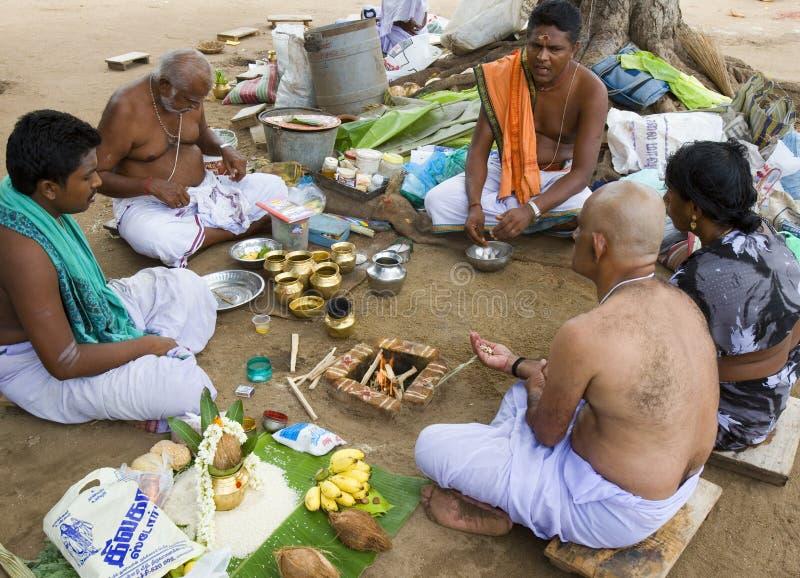 Hinduistische Männer am Gebet in einem behelfsmäßigen Tempel - Indien stockfotos