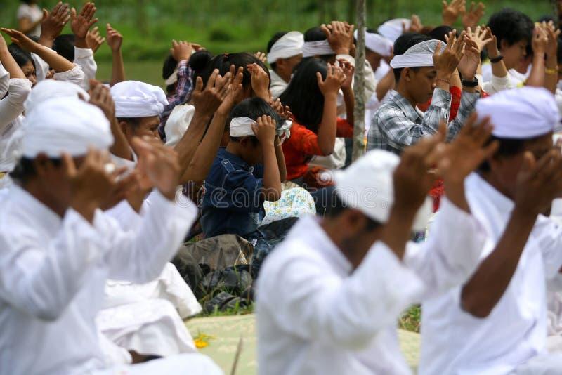 Hindus在Karanganyar,印度尼西亚庆祝Melasti 免版税库存图片