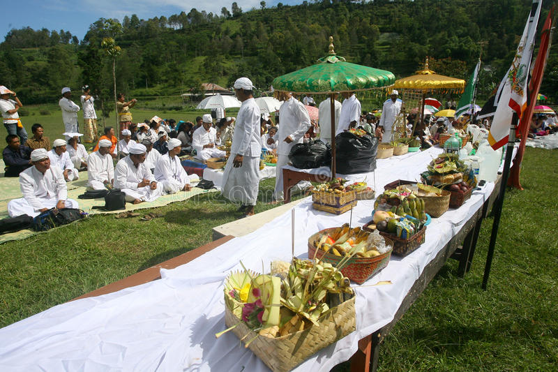 Hindus在Karanganyar,印度尼西亚庆祝Melasti 图库摄影