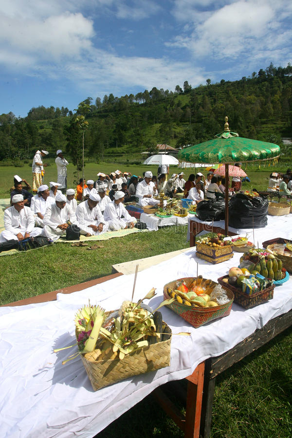 Hindus feiert Melasti in Karanganyar, Indonesien lizenzfreie stockfotografie