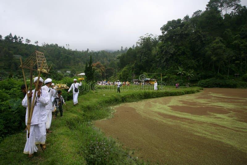 Hindus firar Melasti i Karanganyar, Indonesien arkivbilder