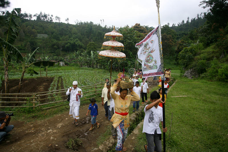 Hindus firar Melasti i Karanganyar, Indonesien arkivfoton
