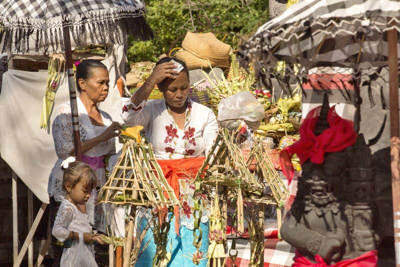 Download Hindus I Böner, - Nusa Penida, Indonesien Redaktionell Fotografering för Bildbyråer - Bild av utomhus, traditionellt: 76701989