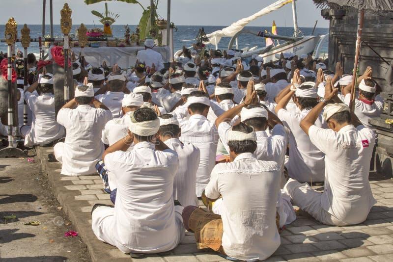 Download Hindus I Böner, - Nusa Penida, Indonesien Redaktionell Foto - Bild av indonesia, ritual: 76702045