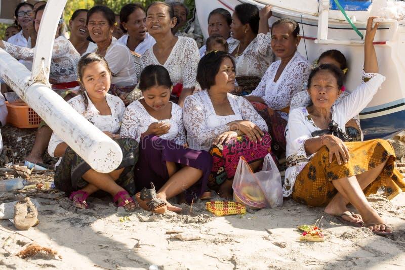 Hindus i böner, - Nusa Penida, Indonesien royaltyfria bilder