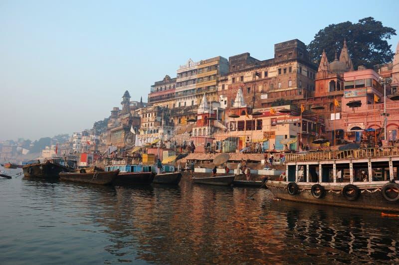 Hindus voert rituele puja bij dageraad, Benares, India uit stock foto's