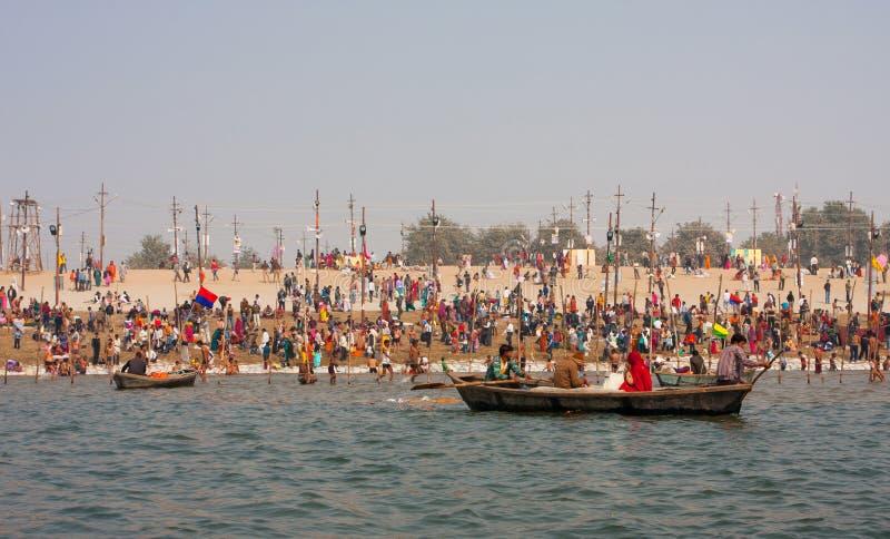 Hinduscy czciciele kąpać podczas Kumbh Mela fotografia stock
