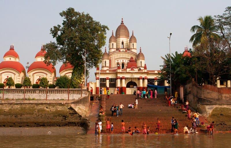 Hinduscy ludzie kąpać się w ghat blisko Kali świątyni obraz royalty free