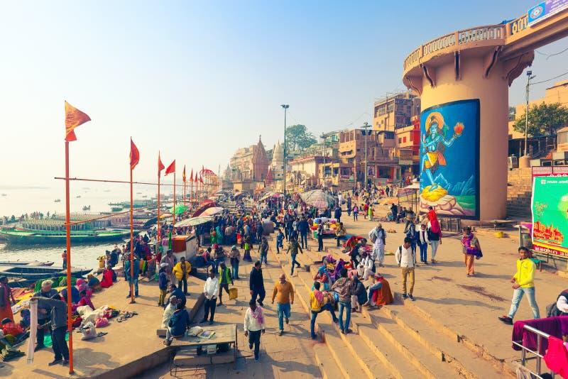 Hinduscy pielgrzymi i turyści zbierają w kwadracie Dasashvamedh Ghat na banku Ganges rzeka obraz stock