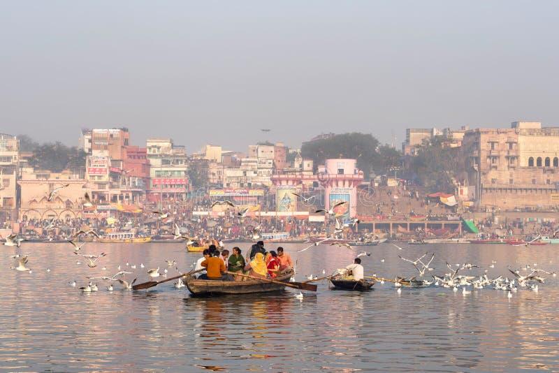 Hinduscy pielgrzymi na łodzi w Ganges rzece, Varanasi, India zdjęcia royalty free