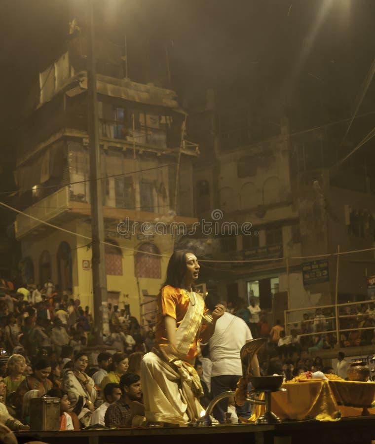 Hinduska ceremonia na Ghats obraz stock