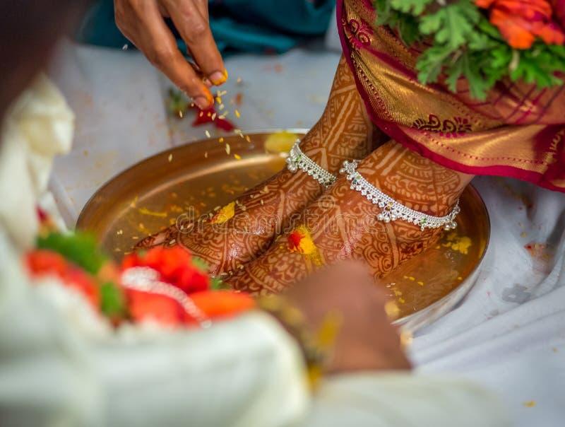 Hinduski ślubny rytuał przy Indiańskim ślubem zdjęcia royalty free