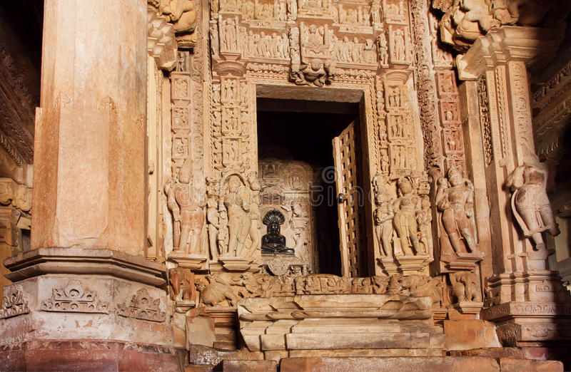 Hinduski bóg w ciemności antyczna świątynia Khajuraho, z rzeźbić kamiennymi ścianami, India Unesco Światowego Dziedzictwa Miejsce obrazy royalty free