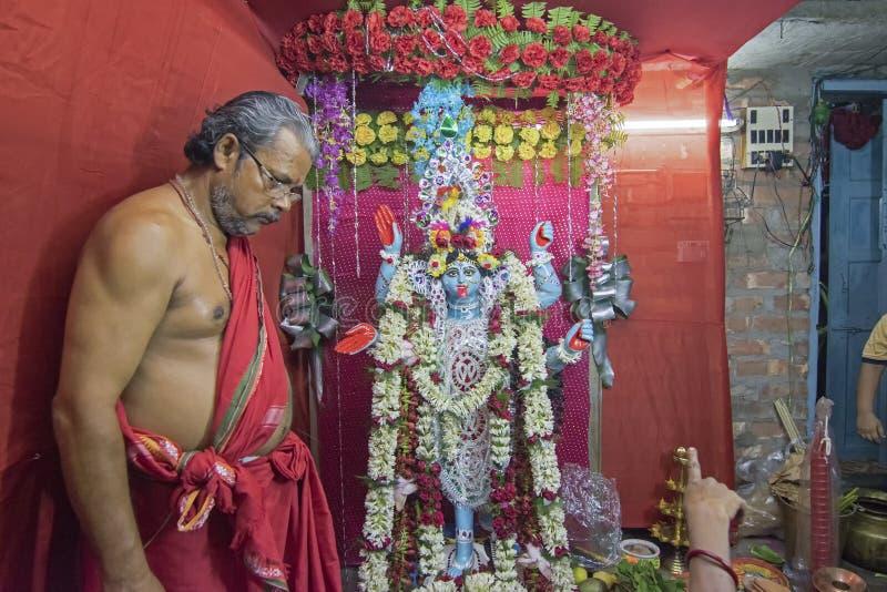 Hinduski ksiądz uwielbia bogini Kali fotografia royalty free