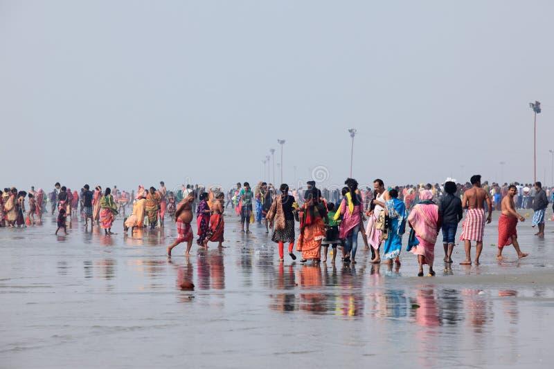 Hinduskie dewotki zbierać brać świętego skąpanie w rzecznym Ganges w dzień «Makar Sankranti « obrazy royalty free