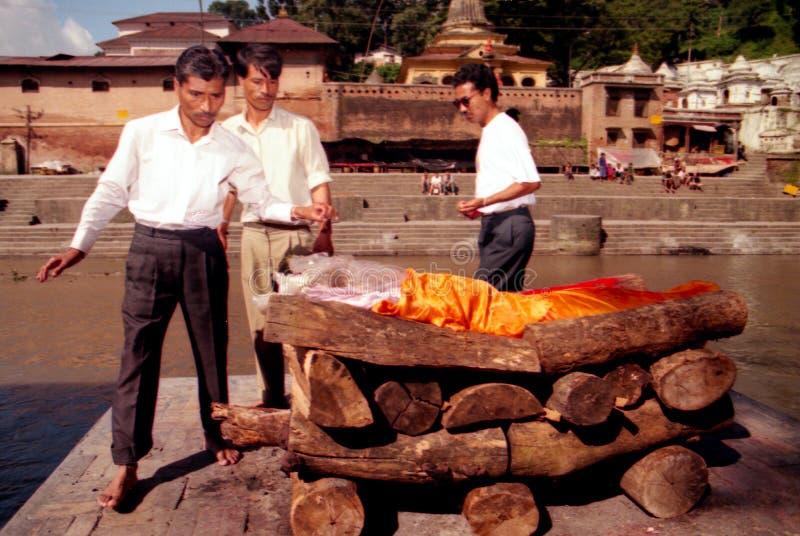 Hinduskie kremacje przy Pashupatinath świątynią w Kathmandu Nepal obrazy royalty free