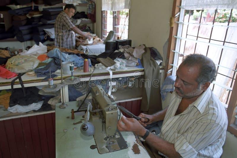 Hindustanikleermaker die in Kleermakerij, Suriname werken royalty-vrije stock afbeelding
