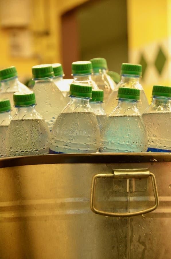 Hink av kallt vattenflaskor arkivbilder