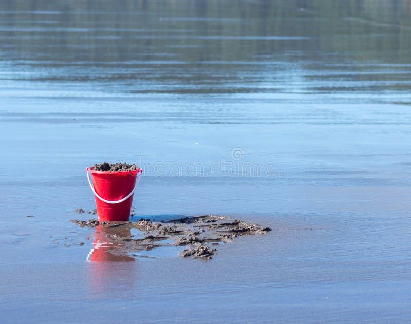 Hink av sand på stranden royaltyfri bild