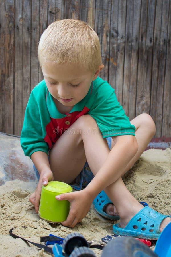 Hink på sandpojken arkivfoton
