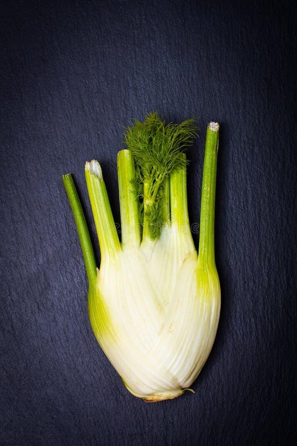 Hinojo orgánico de la comida sana en la placa negra de la piedra de la pizarra imagen de archivo