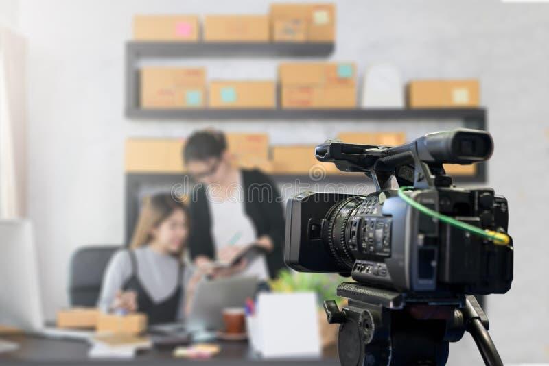 Hinter dem Filmschießenvideo Film, vlog Digitalkamera lizenzfreie stockbilder