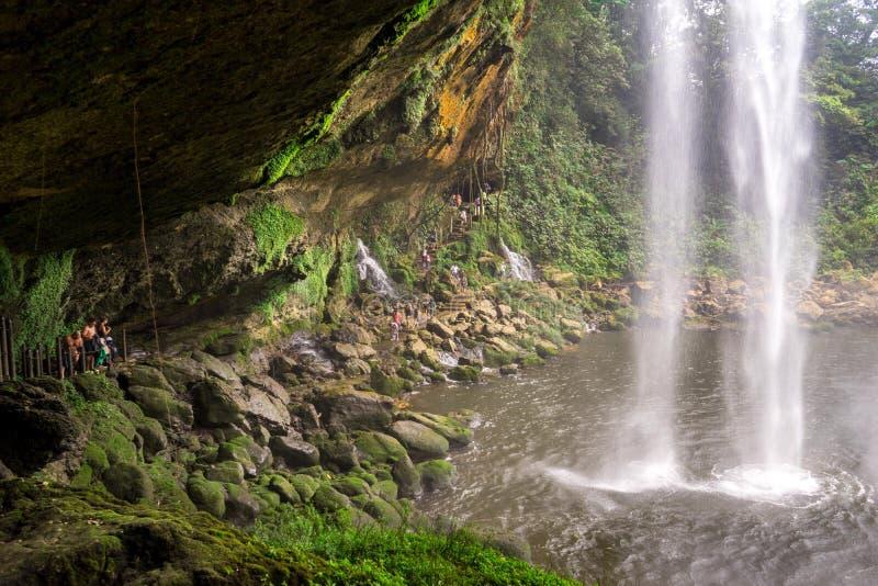 Hinter dem Wasserfall lizenzfreie stockfotografie