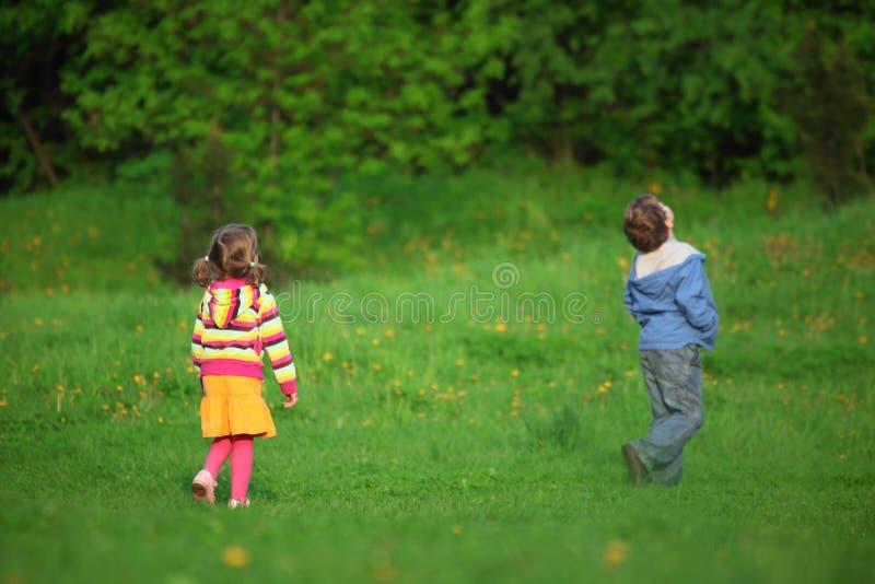 Hinter den Kindern, die aufwärts im Freien schauen stockbild