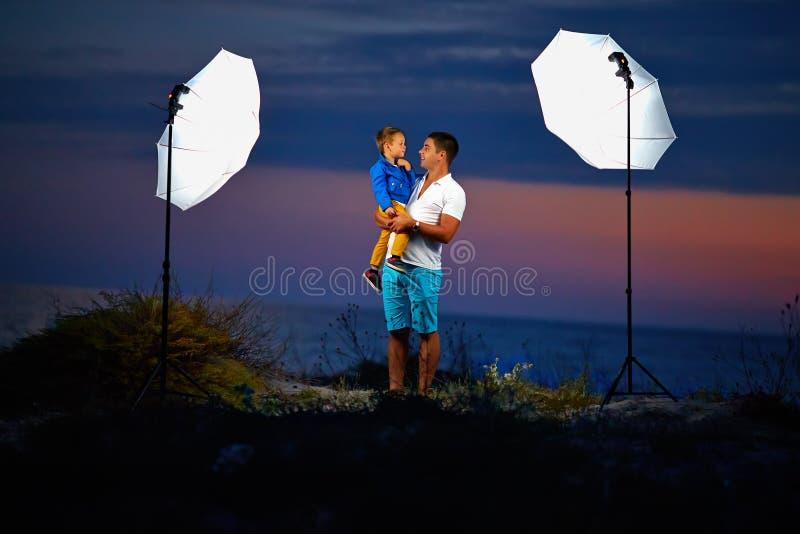 Hinter der Szene schießende Porträts im Freien mit Blitzlichtern lizenzfreies stockbild