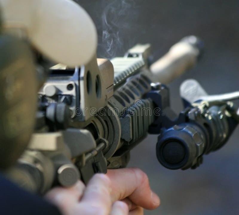 Hinter einem Sturmgewehr stockfotografie