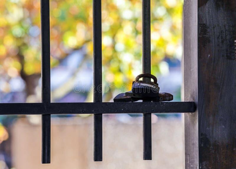 Hinter Gittern beraubt Freiheit lizenzfreies stockfoto