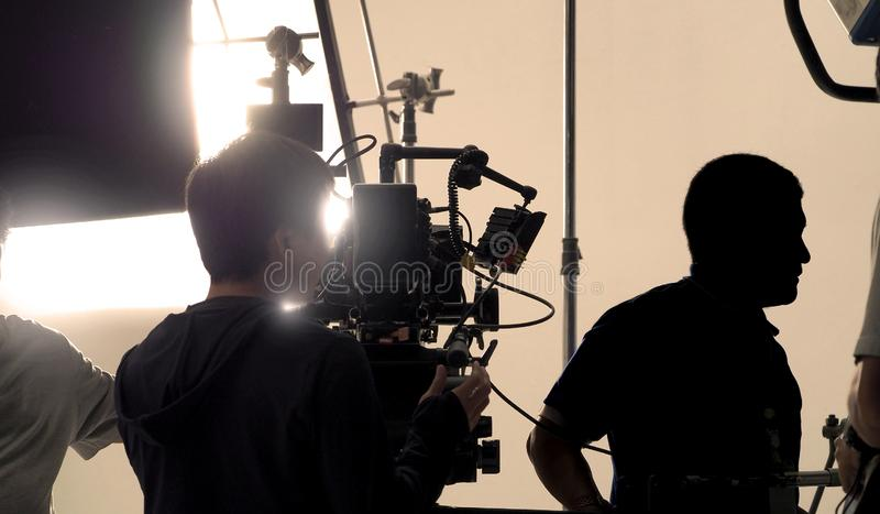 Hinter Videokamera, dass, on-line-Werbung notierend stockfotografie