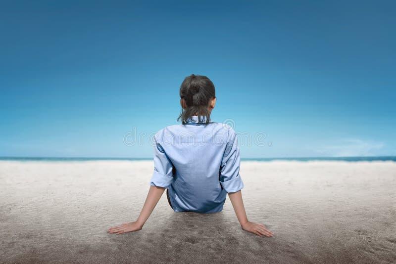 Hintere Ansicht der asiatischen Frau entspannen sich und genießen die Ansicht stockfoto