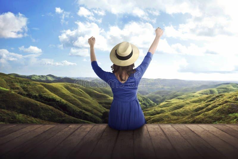 Hintere Ansicht der asiatischen Frau Panorama der Berge genießend stockfotografie