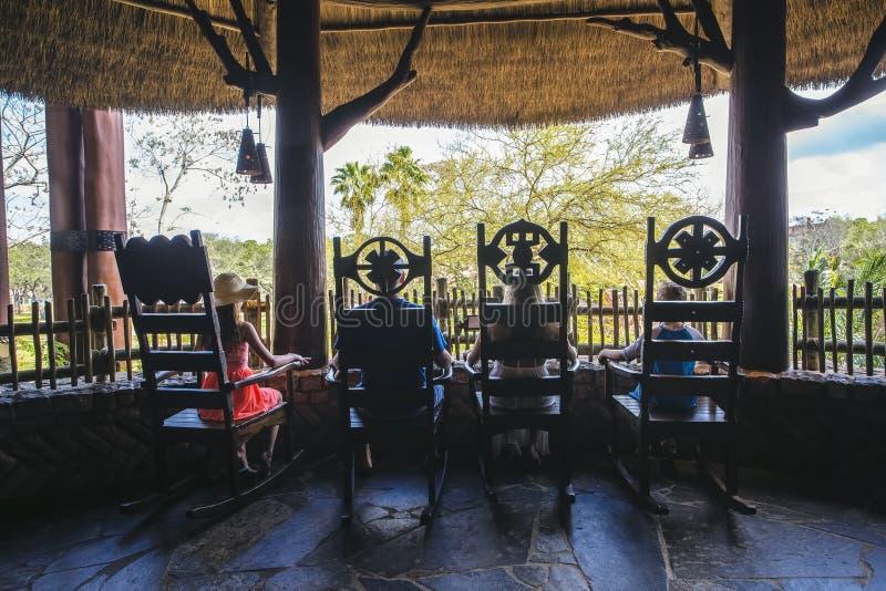 Hintere Ansicht der Familie tropischen Ferien zusammen genießend stockfotografie