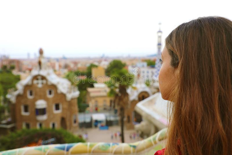 Hintere Ansicht der Frau in bewundern Landschaft Park Guell von der Terrasse des Parks, Barcelona, Spanien lizenzfreies stockfoto