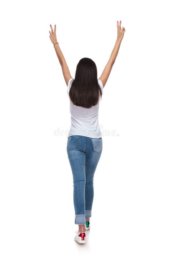 Hintere Ansicht der Frau gehend mit den Händen in der Luft lizenzfreie stockfotografie